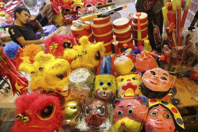 Các loại mặt nạ giấy truyền thống của Việt Nam được bày bán đan xen cùng nhiều loại đồ chơi nhập khẩu có màu sắc bắt mắt.