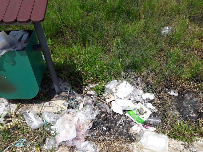 Nhiều khu vực thành nơi tập kết rác thải.