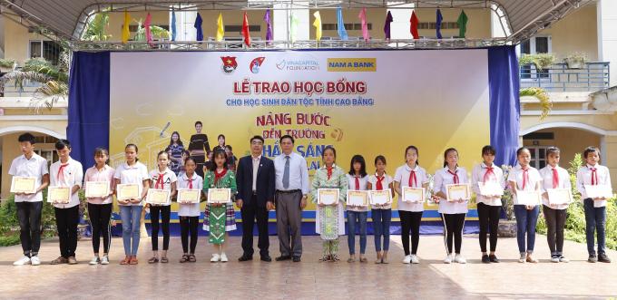 Ông Nguyễn Danh Thiết – Giám đốc Nam A Bank Khu vực Miền Bắc và Ông Lục Văn Dương – Phó Giám đốc Sở Giáo dục & Đào tạo tỉnh Cao Bằng cùng trao học bổng cho các em.