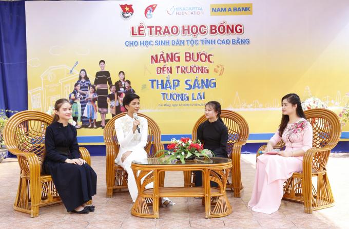 Đại sứ Nhân Ái của Nam A Bank – Hoa hậu Hoàn Vũ Việt Nam 2017 H'Hen Niê trò chuyện và truyền cảm hứng cho các em học sinh dân tộc tại Cao Bằng.