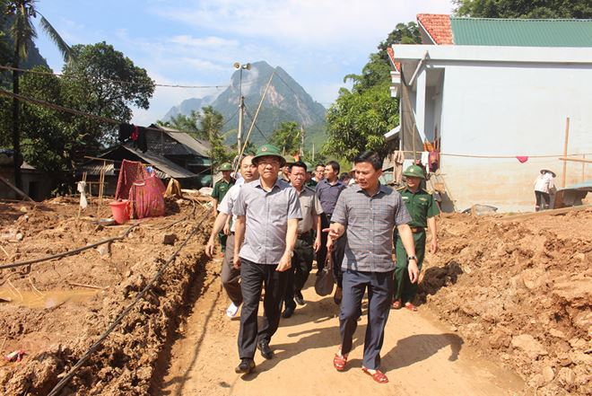 Tư lệnh ngành Tư pháp cùng ông Đỗ Trọng Hưng, Phó Bí thư Thường trực Tỉnh ủy, Trưởng Đoàn ĐBQH tỉnh Thanh Hóa đến thămbản Poọng, xã Tam Chung, một trong ba bản thiệt hại lớn nhất sau lũ ở huyện Mường Lát.