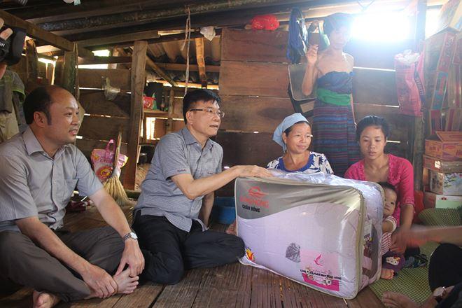 Bộ trưởng Lê Thành Long vào tận nhà người dân, thăm hỏi, bày tỏ cảm thông... và tặng quà cho bà con.