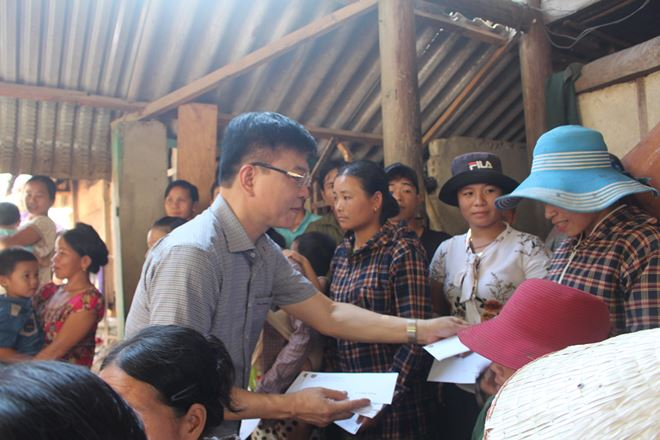 Bộ trưởng Bộ Tư pháp Lê Thành Long đã trao 65 phần quà cho các gia đình bị thiệt hại.