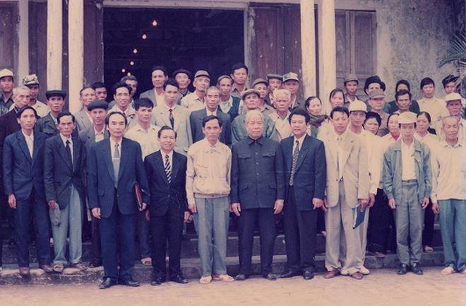 Tổng Bí thư chụp ảnh lưu niệm với cán bộ và đại biểu nhân dân xã Cao Minh, huyện Vĩnh Bảo.