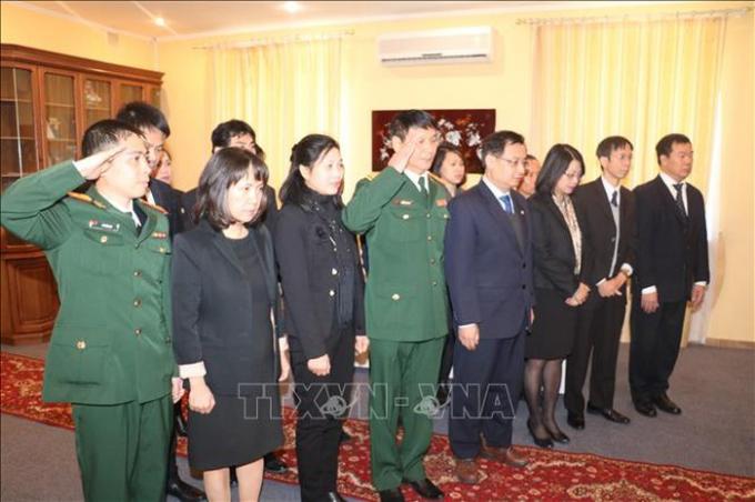Cán bộ, nhân viên Đại sứ quán Việt Nam tại Ukraine, do Đại sứ Nguyễn Anh Tuấn dẫn đầu, dành một phúc mặc niệm nguyên Tổng Bí thư Đỗ Mười. Ảnh: Dương Trí/TTXVN
