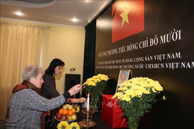 Bạn bè quốc tế đến viếng nguyên Tổng Bí thư Đỗ Mười tại Ukraine. Ảnh: Dương Trí/TTXVN