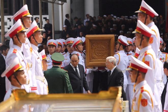 Lãnh đạo Đảng và Nhà nước đưa tiễn linh cữu đồng chí Đỗ Mười. (Ảnh: Minh Sơn/Vietnam+)
