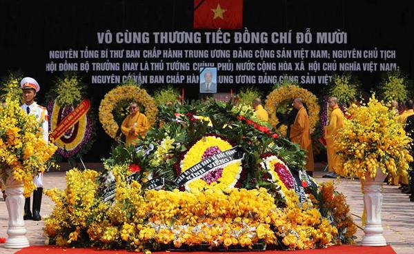 Những vòng hoa xếp kín huyệt mộ cố Tổng bí thư. Ảnh: Vnexpress