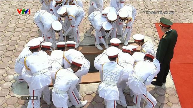 Tiêu binh di chuyển linh cữu nguyên Tổng Bí thư vào nơi an táng.
