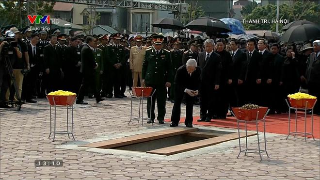 Các đồng chí lãnh đạo, nguyên lãnh đạo Đảng, Nhà nước và gia đình thả nắm đất đầu tiên xuống mộ nguyên Tổng Bí thư Đỗ Mười.
