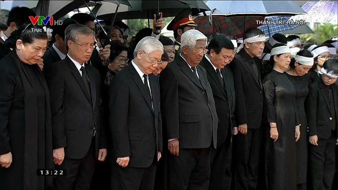 Việc lấp mộ hoàn thành, tất cả những người có mặt dành một phút mặc niệm cố Tổng bí thư.