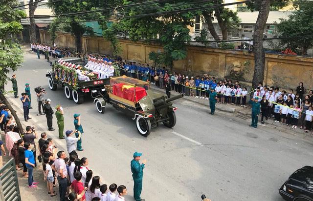 Linh xa chở linh cữu nguyen Tổng Bí thư lăn bánh trên đường phố Hà Nội. (Ảnh: Dân trí)
