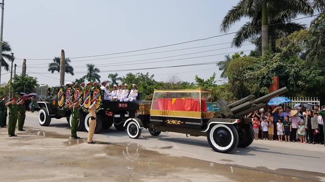 Đoàn xe chở linh cữu nguyên Tổng Bí thư Đỗ Mười về đến quê nhà ông ở xã Đông Mỹ, huyện Thanh Trì (Ảnh: Dân trí)