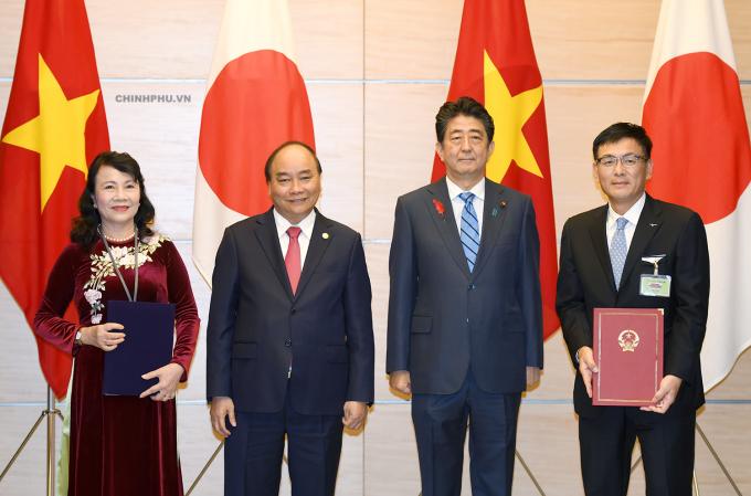 Hai Thủ tướng chứng kiến lễ ký Bản ghi nhớ giữa Bộ GD&ĐT Việt Nam và Tập đoàn Mizuno, Nhật Bản về hợp tác phát triển giáo dục thể chất trong trường tiểu học của Việt Nam. Ảnh: VGP/Quang Hiếu.
