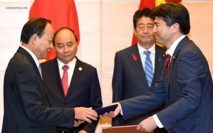 Hai Thủ tướng chứng kiến lễ trao Bản ghi nhớ về hợp tác giữa Bộ Công an Việt Nam và Bộ Nội vụ và Truyền thông Nhật Bản trong lĩnh vực phòng cháy chữa cháy. Ảnh: VGP/Quang Hiếu.