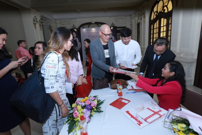 Tác giả, doanh nhân Trần Uyên Phương ký tặng sách cho các khách mời.