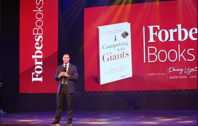 Đại diện NXB Forbes giới thiệu về cuốn sách Competing with Giants.