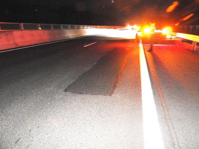 Các đơn vị liên quan tiến hành sửa chữa, chắp vá trên cao tốc.