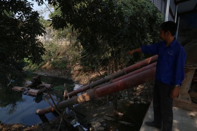 Nguồn nước của trạm bơm lấy từ sông Nhuệ. Suốt nhiều ngày qua, nguồn nước đổ về lại đen kịt, bốc mùi hôi thối.
