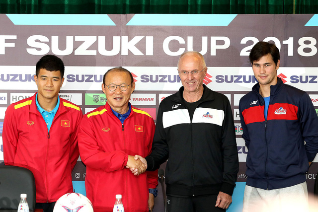Hai HLV Park Hang Seo và Eriksson bắt tay nhau trong buổi họp báo trước trận - Ảnh: Gia Hưng