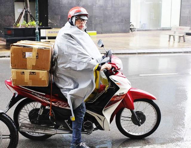 Trời mưa rét như những ngày gần đây là thời điểm để shipper