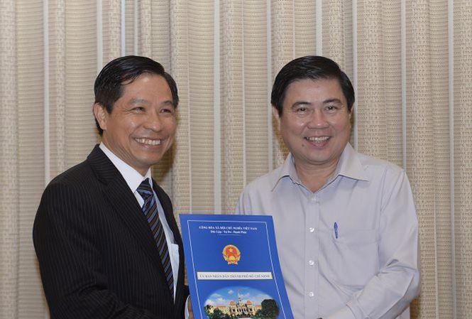 Ông Lê Nguyễn Minh Quang (trái) nhận quyết định bổ nhiệm trưởng Ban quản lý đường sắt đô thị năm 2016.