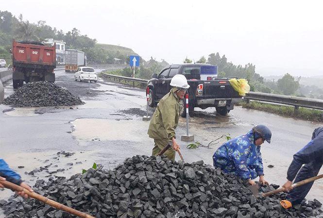 Quốc lộ 1 qua Phú Yên hư hỏng, xuống cấp do mưa lũ, nhưng việc khắc phục chậm trễ.