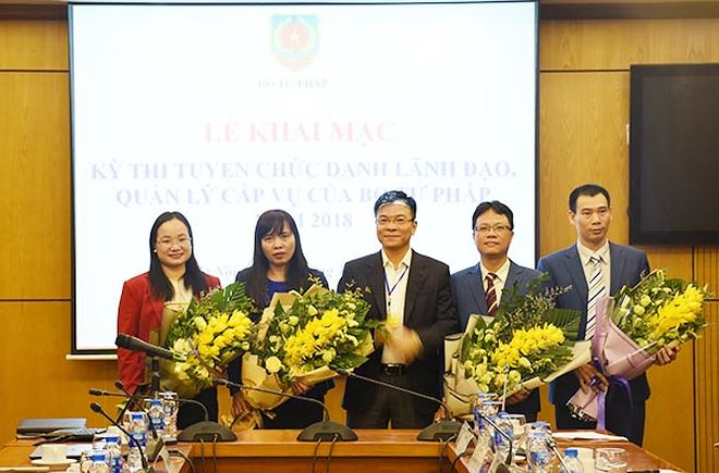 Bộ trưởng Lê Thành Long tặng hoa các ứng viên.