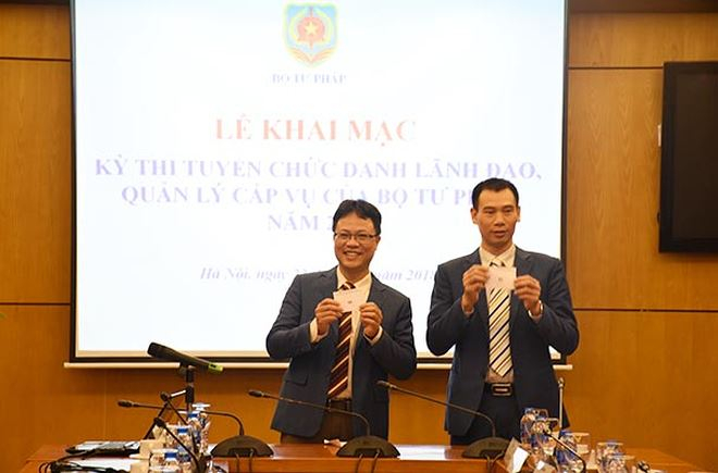Hai ứng viên Trương Thế Côn và Trần Minh Tiến bốc thăm phần thi trình bày đề án đối với chức danh Phó Giám đốc Học viện Tư pháp.