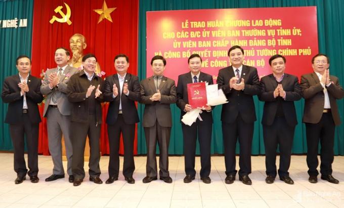 Lãnh đạo Nghệ An chúc mừng đồng chí Lê Hồng Vinh.