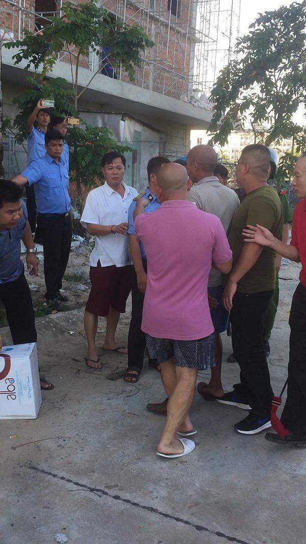 Ông Lê Quang Minh, Trưởng phòng Tài nguyên và Môi trường Phú Quốc mặc áo trắng, quần đùi, đi dép lê tại hiện trường (Hình cắt từ clip do bạn đọc cung cấp)