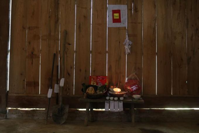 Bàn thờ mang bản sắc riêng của người H'mông ở Mỹ Á.