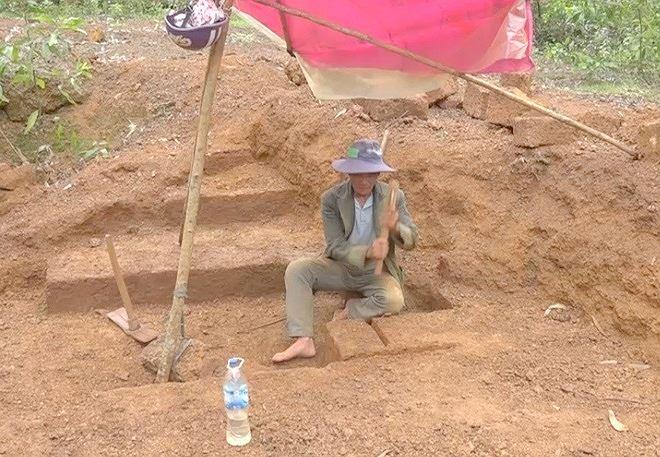Ông Tâm đang khai thác đá ong.