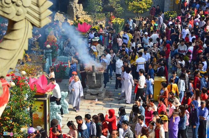 Hàng ngàn người dân vãn chùa đầu năm mới.