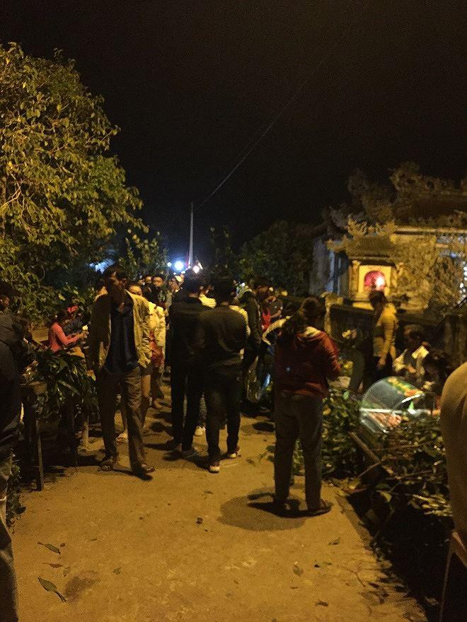 Từ đêm mùng 2 Tết người dân đổ về chợ đình Bích La.