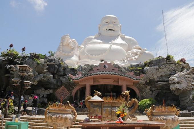 Tưởng Phật Di Lặc ngự trị sừng sững trên đỉnh núi Cấm.