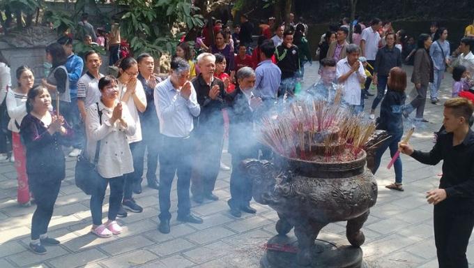 Người dân thập phương đổ về thắp hương đền Hùng. Ảnh: Xuân Hồng.