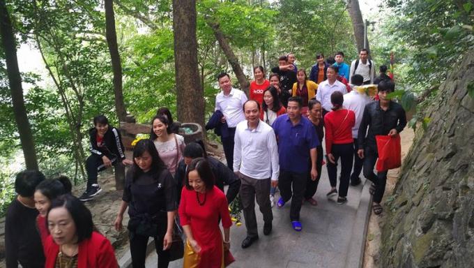 Hàng vạn người dân thập phương đi lễ đền Hùng cầu may ngày đầu xuân