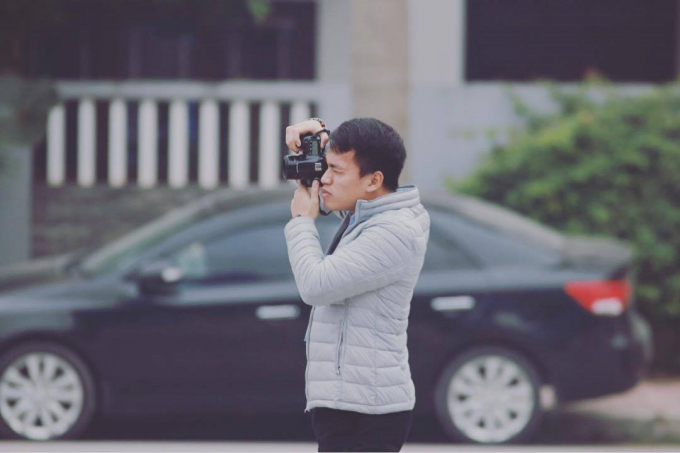Ngày mùng 1, mọi người sum họp đoàn viên thì phóng viên Trần Vương xách máy ra đường.