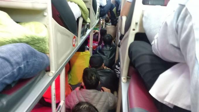 Hình ảnh nhồi nhét khách trên chuyến xe khách chạy tuyến Hà Nội – Thanh Hoá.