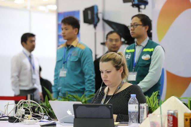 Các chuyên viên kỹ thuật của Viettel luôn túc trực 24/24 tại hội nghị để xử lý bất kỳ yêu cầu nào của các vị khách trong và ngoài nước trong Trung tâm báo chí.