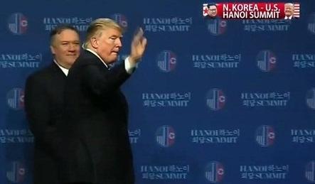 Ông Trump vẫy tay chào các nhà báo, kết thúc cuộc họp báo.