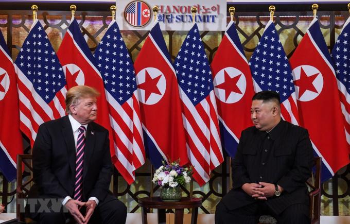 Tổng thống Mỹ Donald Trump (trái) và Chủ tịch Triều Tiên Kim Jong-un trong cuộc gặp đầu tiên tại Hội nghị thượng đỉnh Mỹ-Triều lần thứ hai tại Hà Nội ngày 27/2/2019. (Ảnh: AFP/TTXVN)
