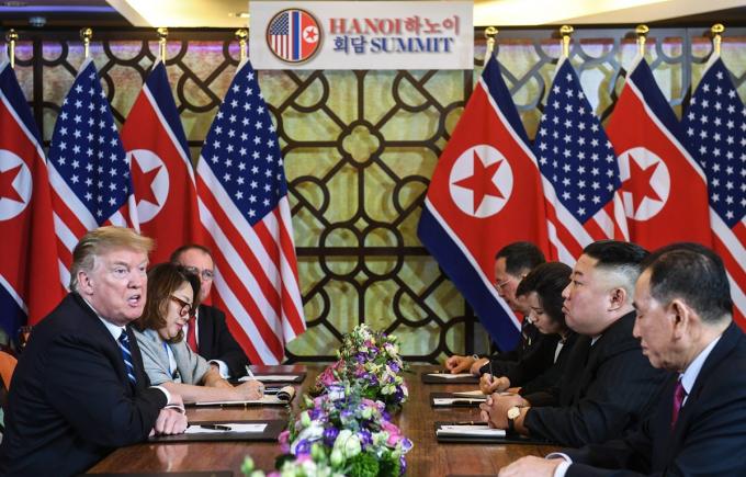 Tổng thống Mỹ Donald Trump (trái) và Chủ tịch Triều Tiên Kim Jong-un (thứ 2, phải) tại cuộc họp mở rộng với các quan chức hai nước trong ngày thứ hai của Hội nghị thượng đỉnh Mỹ-Triều lần hai ở Hà Nội, ngày 28/2/2019. Ảnh: AFP/ TTXVN