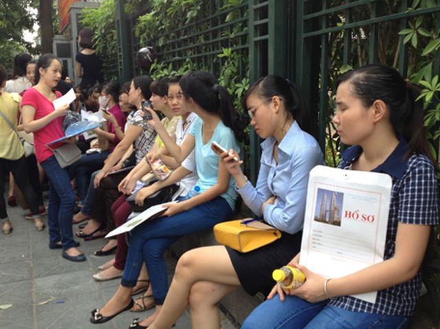 Hình ảnh thí sinh nộp hồ sơ dự thi công chức trên địa bàn TP Hà Nội.
