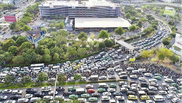 Sân bay Tân Sơn Nhất quá tải, thường xuyên xảy ra tắc nghẽn ở khu vực xung quanh.