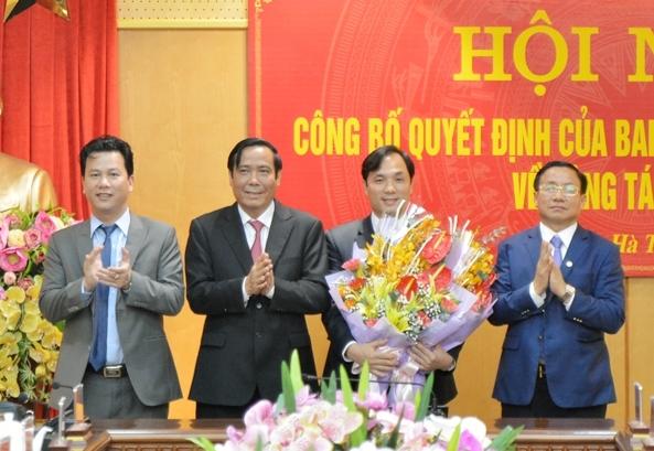Lãnh đạo Ban Tổ chức Trung ương, tỉnh Hà Tĩnh chúc mừng đồng chí Hoàng Trung Dũng.