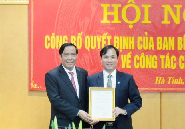 Đồng chí Nguyễn Thanh Bình trao quyết định cho đồng chí Hoàng Trung Dũng.