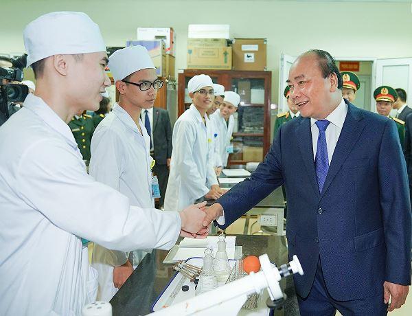 Thủ tướng thăm hỏi các học viên của Học viện Quân y