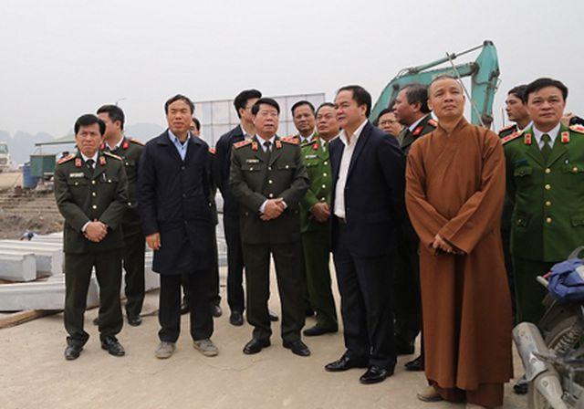 Ông Xuân Trường người đứng đứng thứ 2 cạnh Thứ trưởng Bùi Văn Nam từ trái qua phải.